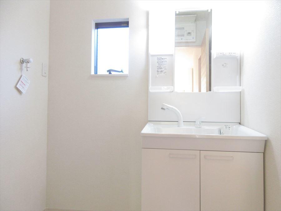 明るい洗面台はお出かけ前の支度時にも大活躍!収納スペースも十分ございます◎