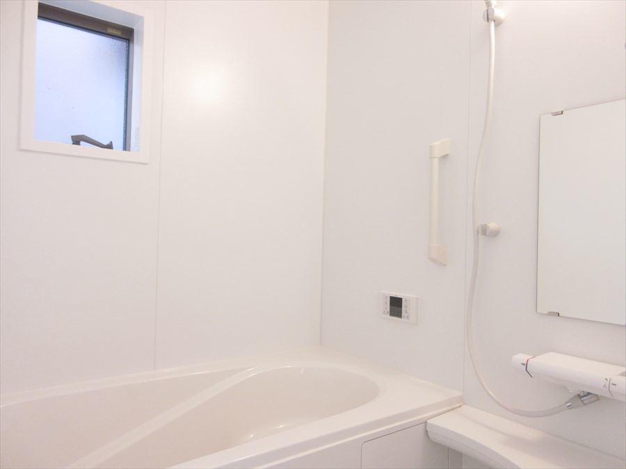 ホワイトでまとまった浴室はすっきりとした印象に。バスグッズを置いてお洒落にしてもいいですね(^^)♪