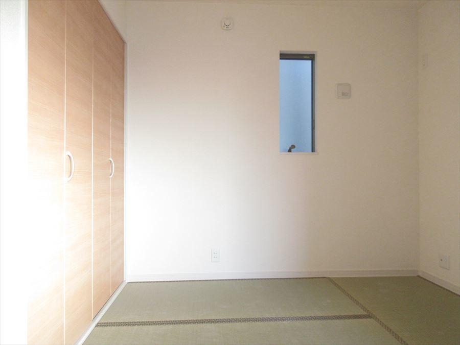 小窓がお洒落なタタミコーナー。お家の中に和のスペースがあるのは和みます(^^)
