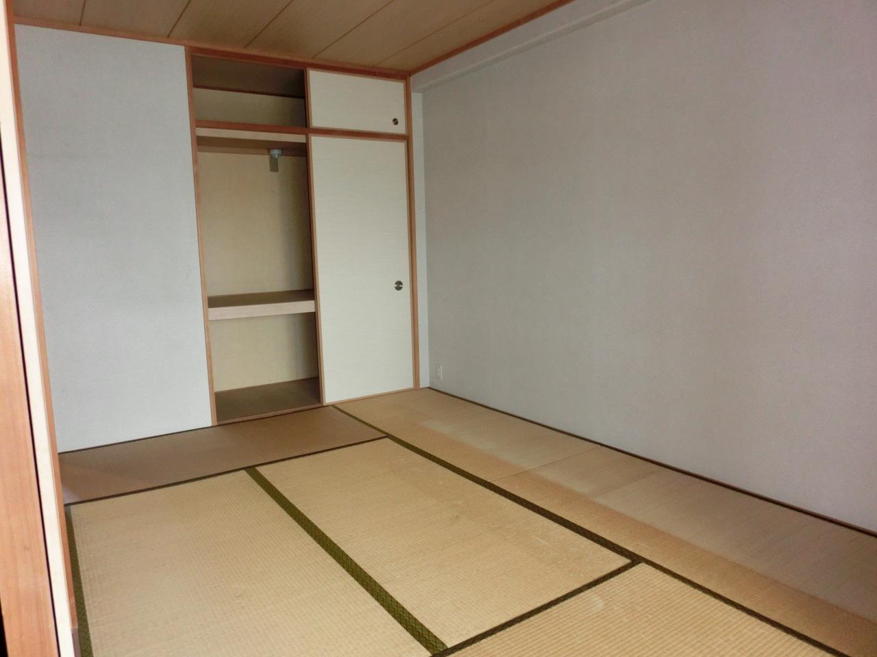 リビング横の和室も6帖ございます。