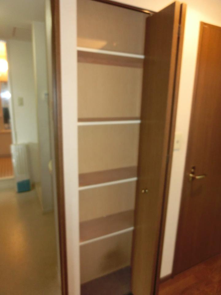トイレ横に収納スペースございます。 棚型なので細かいもの等の収納も可能です♪