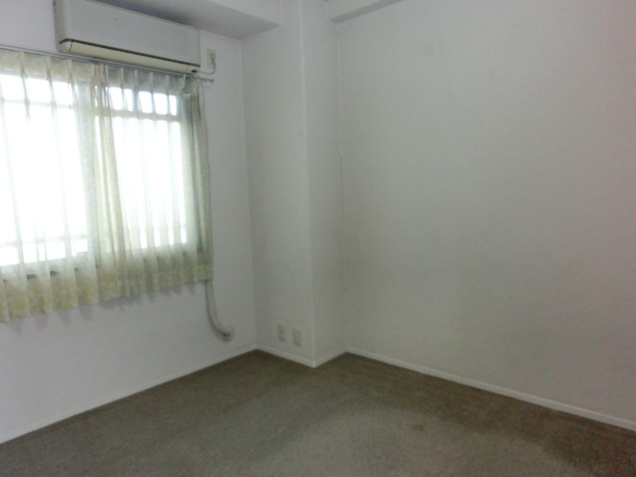 玄関横右側の5帖洋室です。 クーラー、収納設置されております!