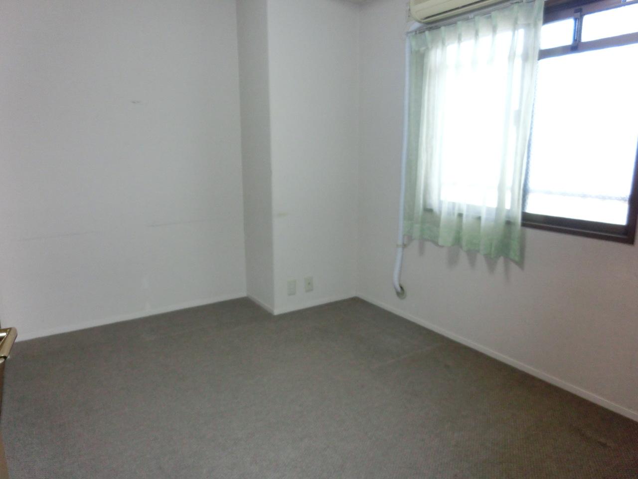 玄関横左側5.2帖洋室です。 収納充実しております^^