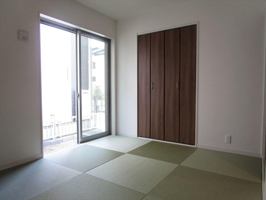 洋も和も楽しめ、憩いの場になりますね(^^)扉を開けて広々も◎扉を閉じて客間として使うのも◎