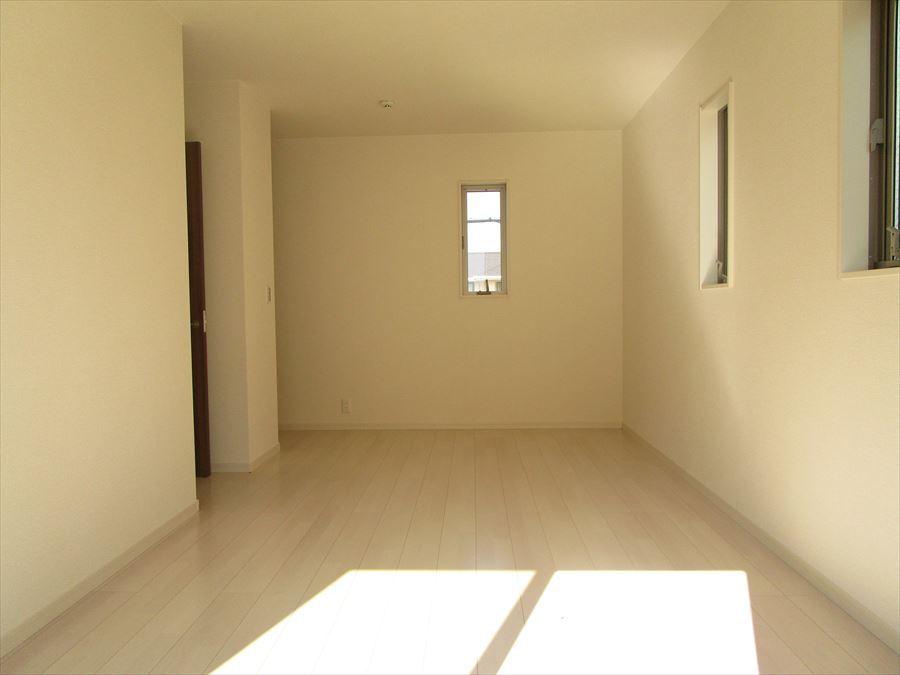 8.7帖ある2階の洋室。主寝室にいかがでしょうか?大きいサイズのベッドも楽々入ります(^^)