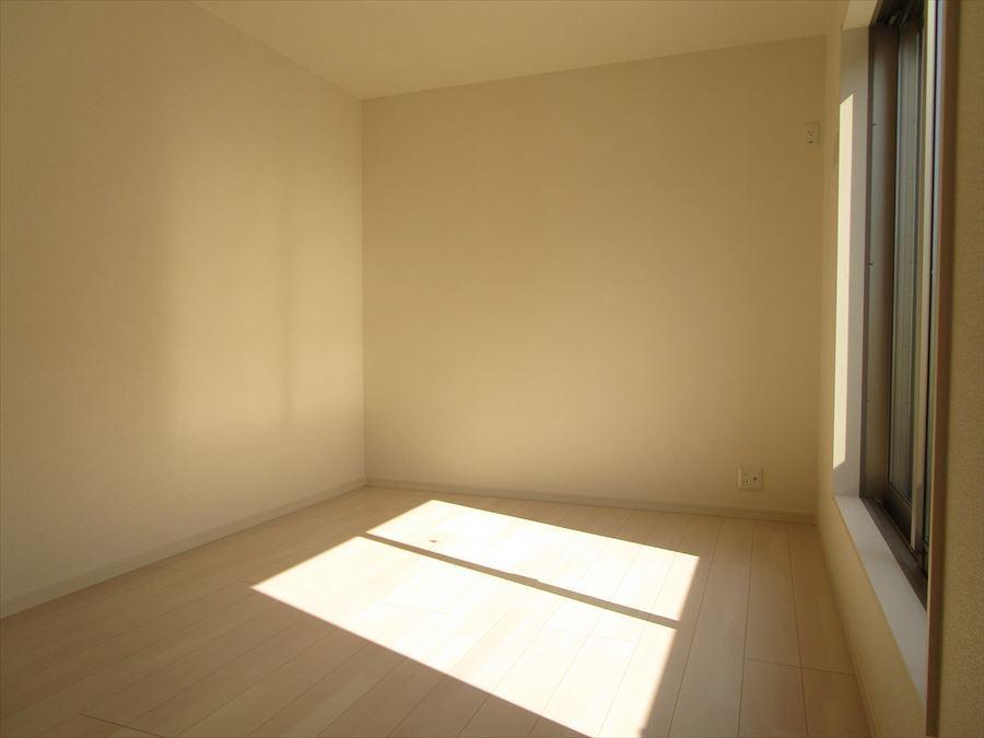 南向きの6帖の洋室は光が差し込み心地よい空間です♪ウォークインクローゼットも付いているので収納にも困りません◎
