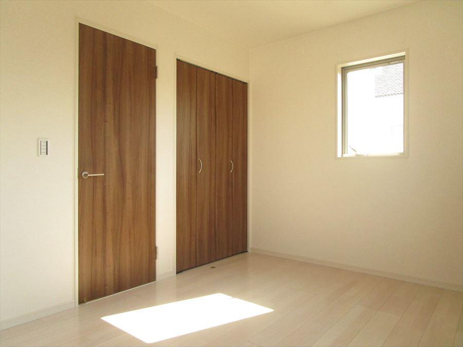 全室に収納スペースがあり、清潔な空間を保ちながら生活ができます◎2階一番奥の6帖の洋室は3面に窓があるので明るく生活できそうです♪