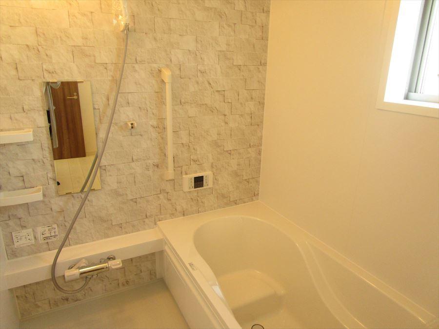 お洒落で清潔感のある浴室は夜でも明るくバスタイムを楽しめます♪ステップ式の浴槽でお子様が入るときでも安心です◎