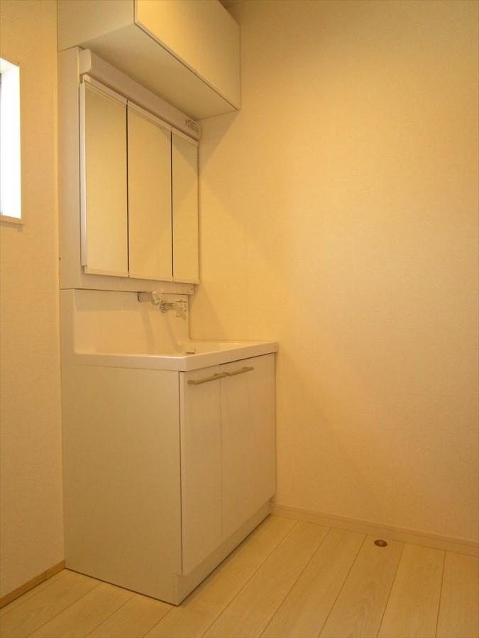 下はもちろん上にも収納スペースがある洗面台は珍しい!あまり使わないものはストックしているもは上にしまっておくと便利ですね◎