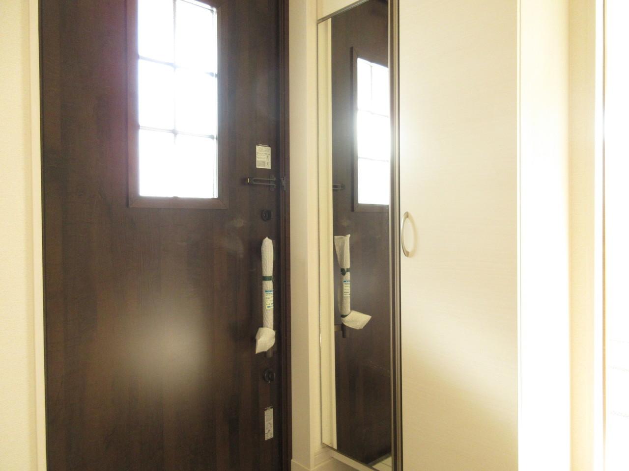 玄関収納には大きな鏡がついています。出かける前に身だしなみチェックができて便利です。