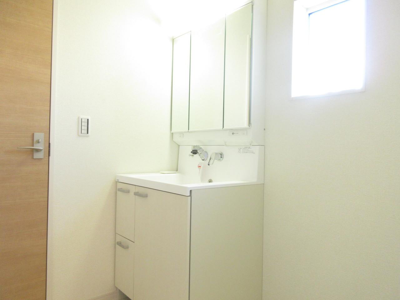 扱いやすいシャワー付き水栓。ミラーの裏側すべてが収納スペースで、広い鏡面を使える3面鏡タイプの洗面化粧台です。