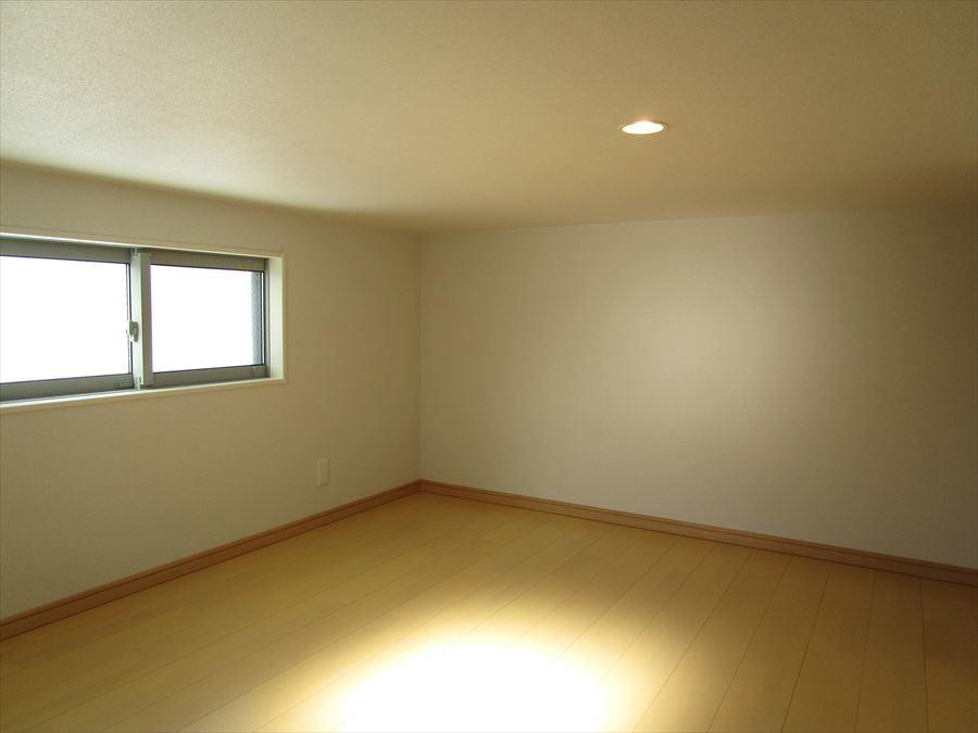 【1階7.9帖】ギンガムチェックのクロス!収納スペースも完備された洋室は、子供部屋としても寝室としてもお使いいただけます◎