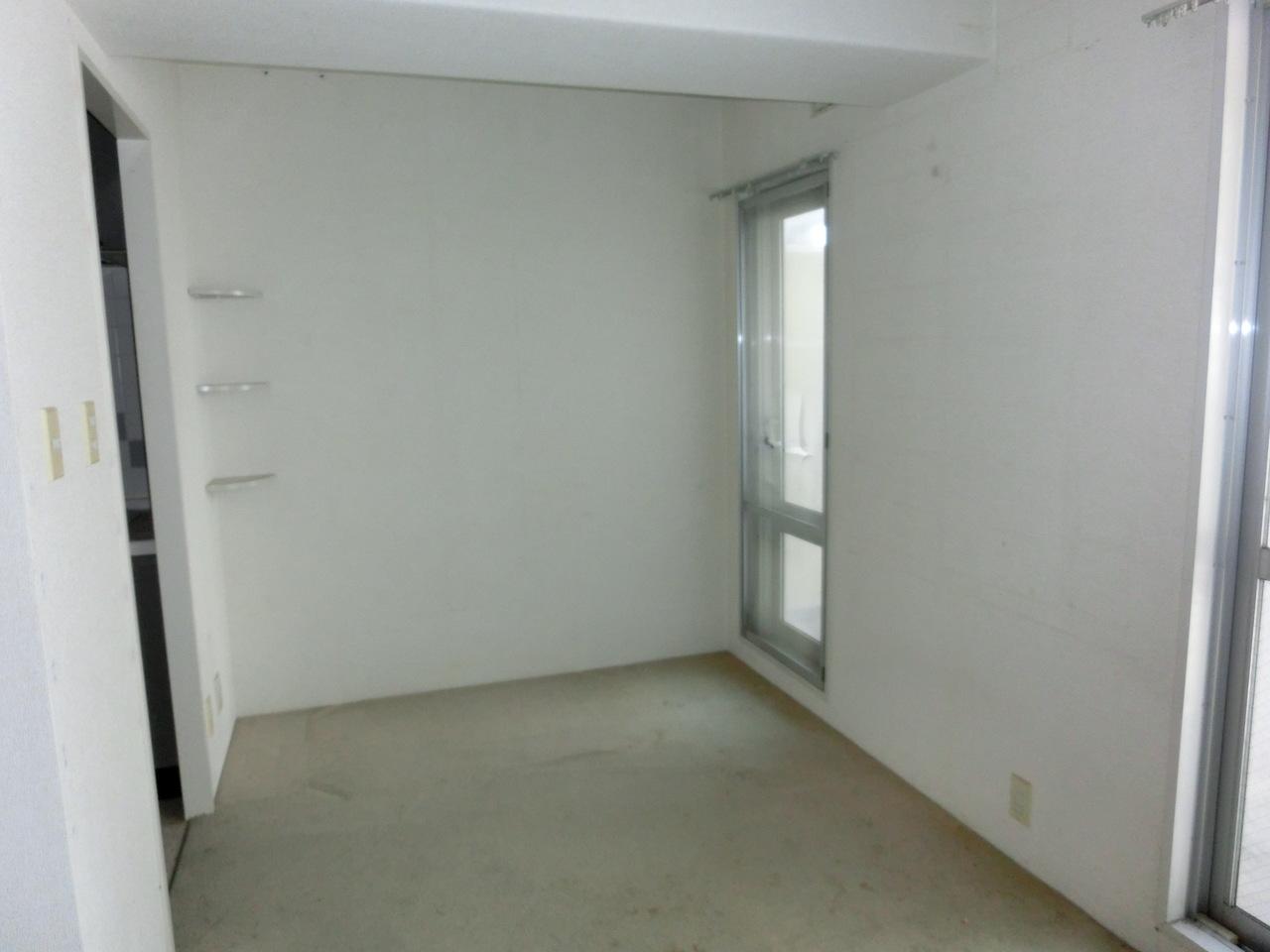 リビング奥の壁には棚が設置されております。