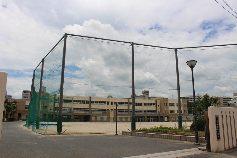 【小学校】清水小学校 明治5年創立 学校教育目標は優しさをもち、たくましく生きる子どもを育成する。 中学校は篠崎中学校区。