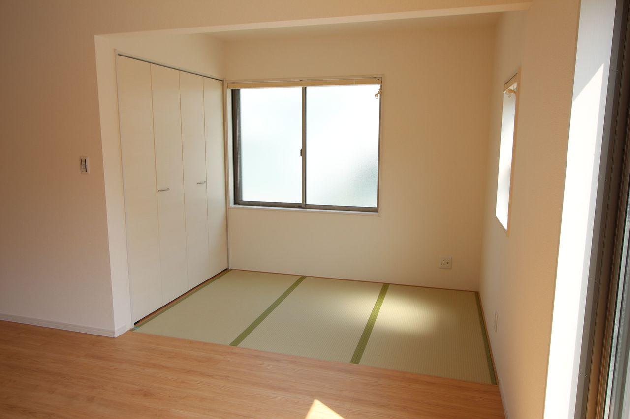 約3帖の畳コーナー。 お子様のお昼寝やアイロンがけ等 便利にご利用頂けるスペースですね。