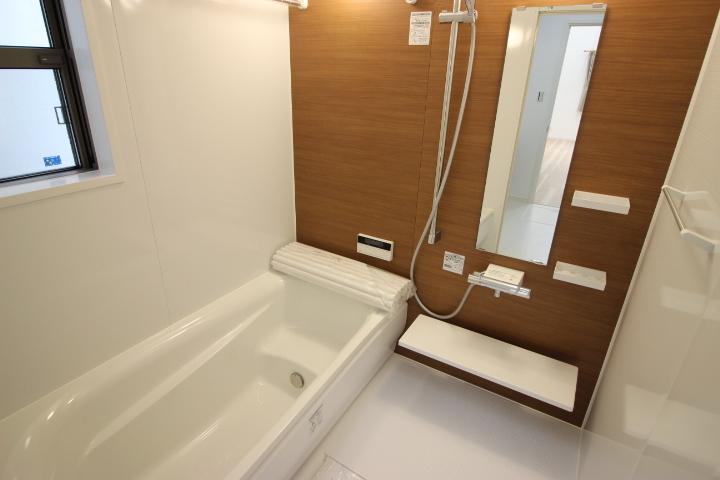 窓付きの明るい浴室