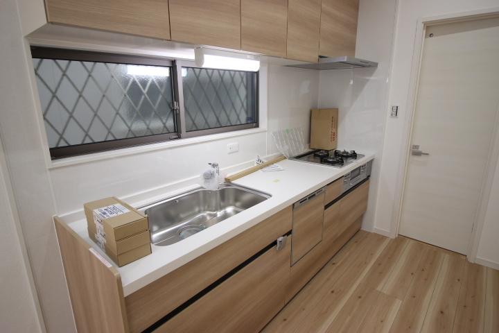 木目調がおしゃれなキッチンは便利な食洗器付き
