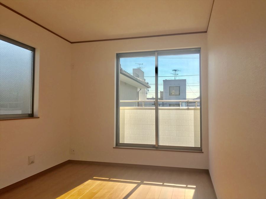 南側6帖の洋室はバルコニーに面しており、日当たりも良好◎穏やかな気持ちで生活できます♪