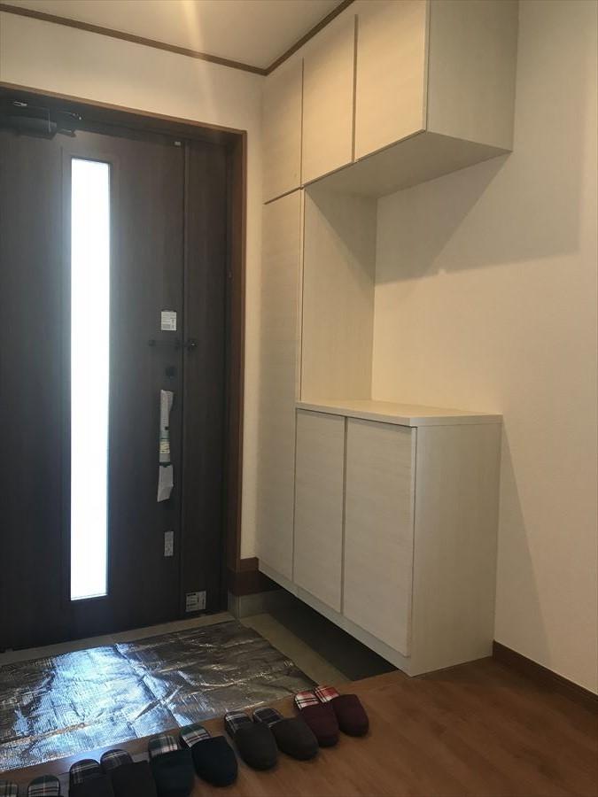 収納スペースも十分な玄関はブラックとホワイトでシックな雰囲気に・・・棚にウェルカムボードや小物を置いても可愛いですね♪