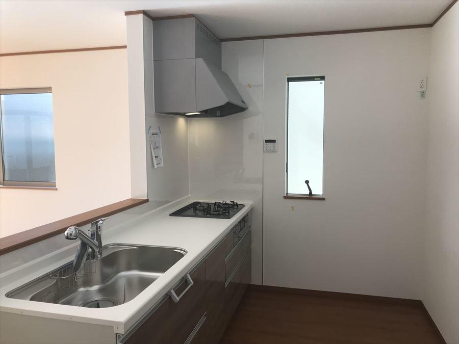 対面式キッチンはご家族との時間を大切にしながらお料理ができる素敵な空間♪明るいリビングでご家族の笑顔を見ながらお料理できたら楽しそうですね(^^)