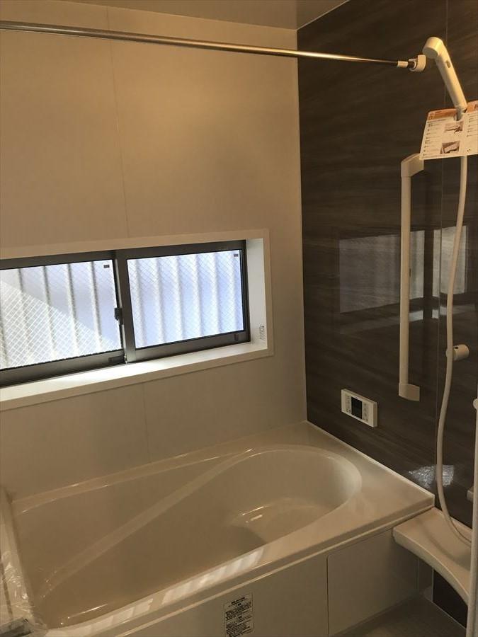 お洒落な壁の浴室は手すりも付いており、ステップ式浴槽なのでお子さまから年配の方まで優しい造りになっています◎大きめの窓もあり、換気にも◎