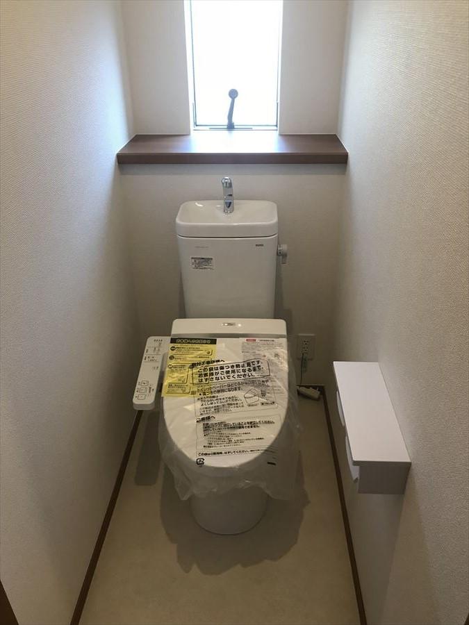 明るい清潔感のあるトイレは後ろに棚がございますので、ちょっとした小物やお花を置いてもいいですね♪DIYをしてガラリと雰囲気を変えるのもありです◎