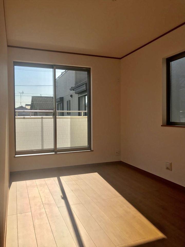 2階の6.87帖の洋室。南向きで明るい光が差し込みます◎収納スペースも十分ございますので主寝室にいかがでしょうか(^^)