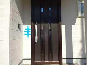 千歳市桂木の中古住宅、リフォーム済みです(平成29年10月)。玄関ドア交換。
