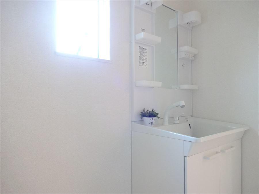 深めの洗面台は、汚れた衣類をさっと洗う時でも水跳ねを気にしなくていいですね。
