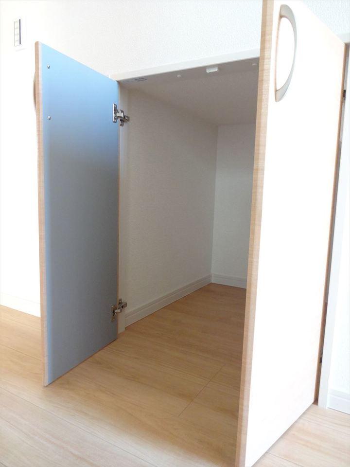 階段下の収納です。掃除道具やトイレットペーパーなどの置き場に◎です。