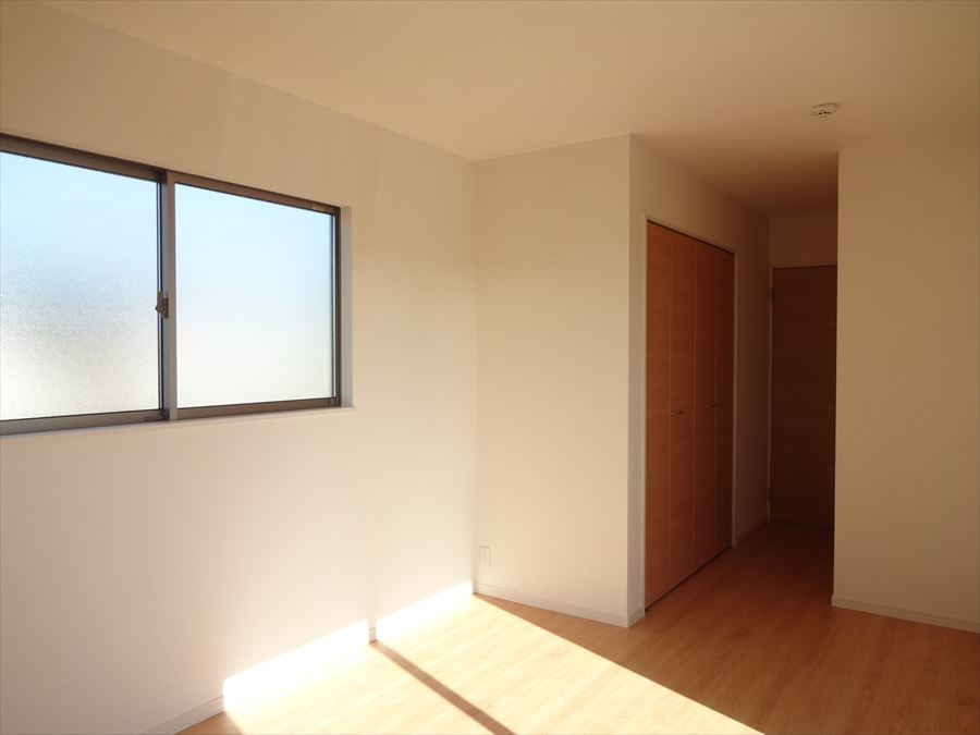 8帖洋室は、バルコニーへ出られるお部屋なので主寝室として最適です。