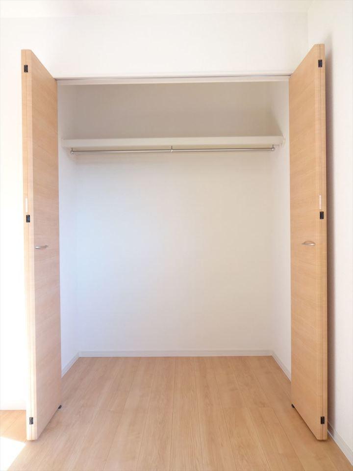 2階居室は、すべてクローゼット完備♪しっかり衣類を片づけておけます。