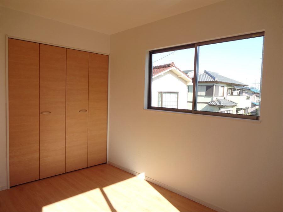 東側6帖の洋室は、朝日が気持ちよく入るお部屋です。