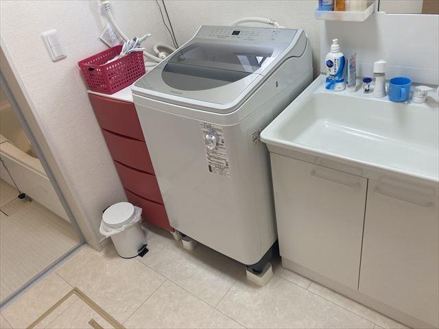 洗面室には窓があるので明るく、換気にもなりますね。
