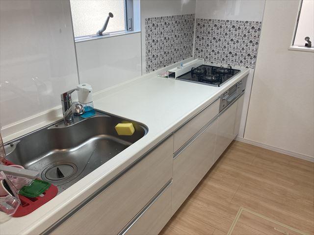 吊戸棚のある独立キッチンは収納力があります。増えていくキッチン用品も片づけられます。