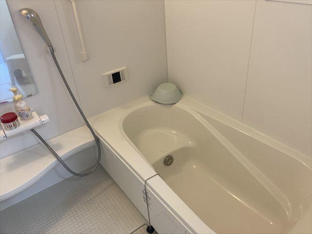スッキリ清潔感のある浴室は、腰かけることのできる浴槽になっています。 小さなお子様と一緒に入浴しても安心ですね。