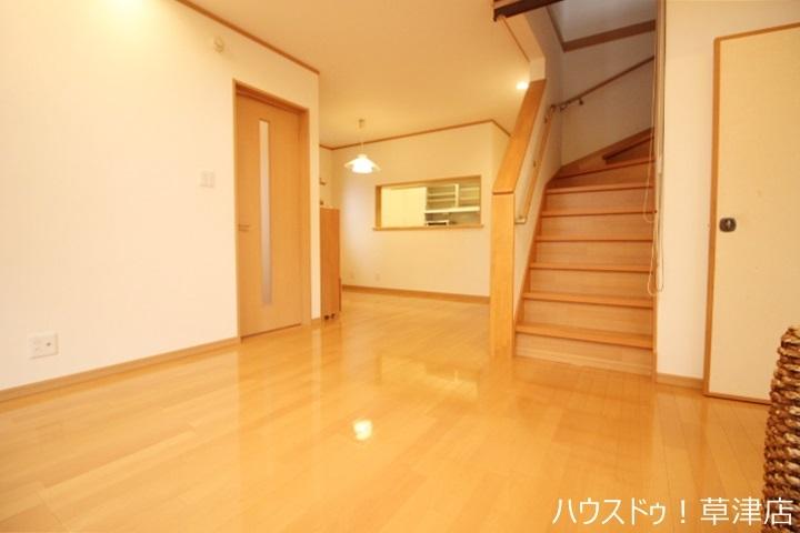 お掃除がしやすく家具も置きやすいフローリング。音を吸収する力も持つので防音性に優れており床材としても最適です。