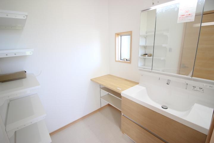 収納カウンターや棚が備わった洗面室