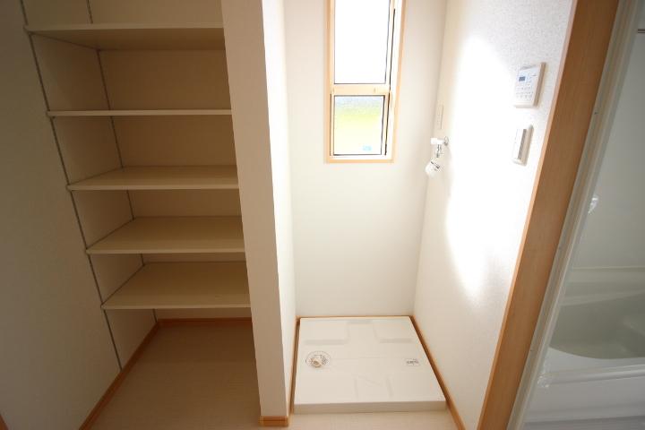 デッキバルコニーに出入りができる室内洗濯置き場です 備え付けの棚があるのはうれしいですね