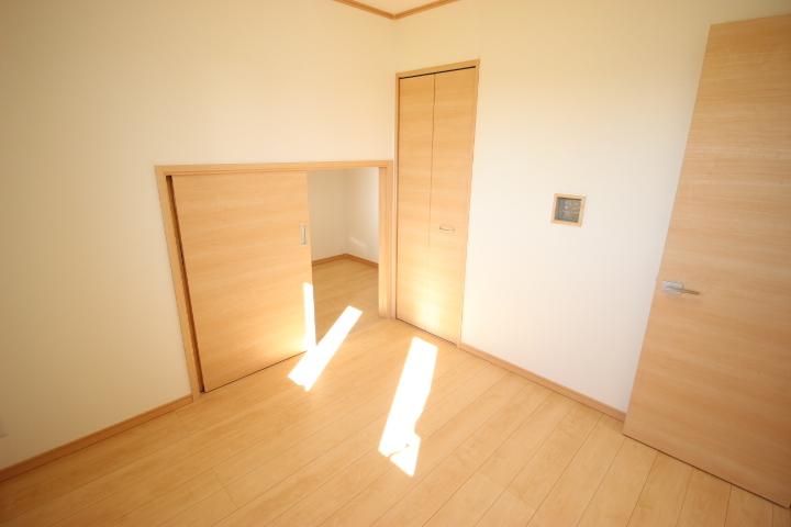 2階 4.5帖洋室 大型納戸が備わっているので ゆったりと使用できる居室です