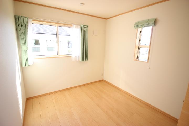 2階 5.4帖洋室 陽光がたっぷりと降り注ぐ明るい居室です