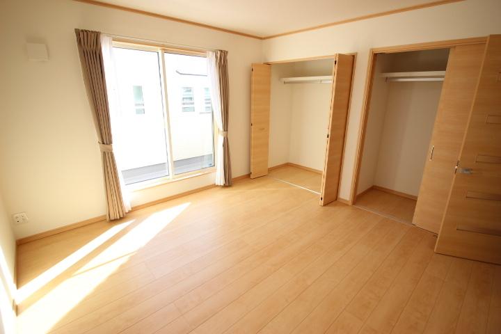 2階 8帖洋室 クローゼットが2つついてお部屋を広々と使用できます バルコニーにも出入りが可能です