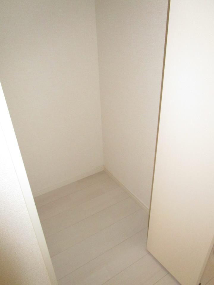 廊下収納にはさっと取り出せる収納スペースが嬉しい!