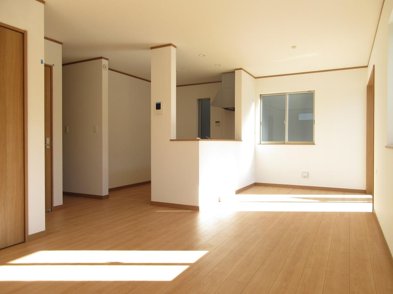 明るく広々としたLDK。 大きな窓からたっぷりと陽光がふりそそぐ明るい空間です♪ 家族だんらんの時間を過ごせます。