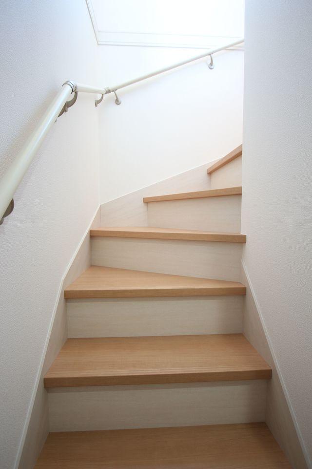 階段は手すり付き。お子様やお年寄りでも安心です。