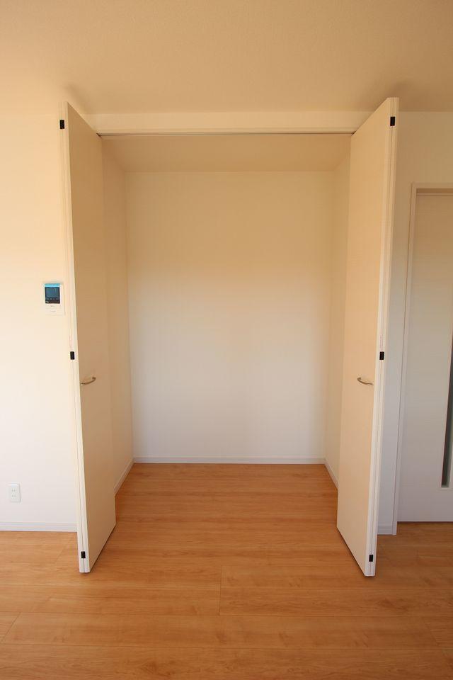 リビングに約1帖大の収納を設置。 散らかりがちな場所の整理に大活躍ですね。