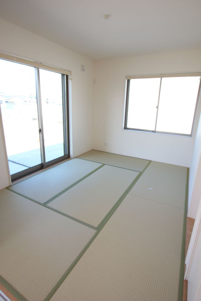 北側のお部屋ですが、2面の窓からこれだけの 光が入ります。 窓にはブラインドを設置。 障子を張り替える手間はございません。