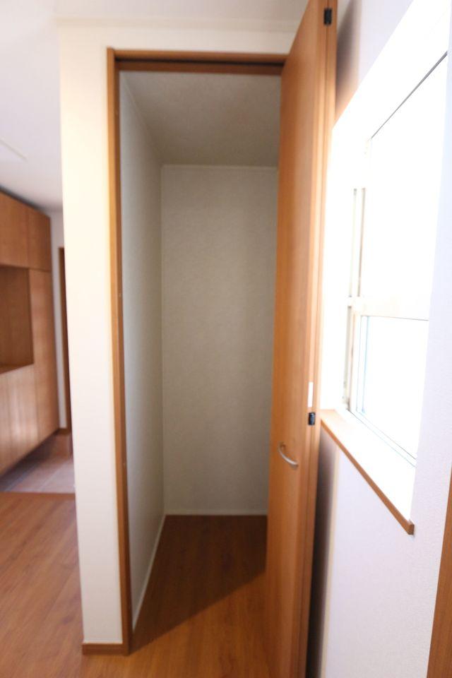 玄関横にも物入れがございます。 コートの定位置にすれば、お部屋に花粉を 持ち込まずに済みますね。