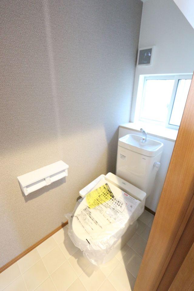 2か所のトイレは朝の混雑緩和に活躍します。 1階はウォシュレット完備。