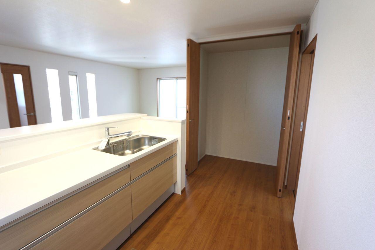 キッチン横に約1帖大の物入れを設置。 これだけのスペースがあれば、 食料品や日用品のストックで 散らかる心配はございません!